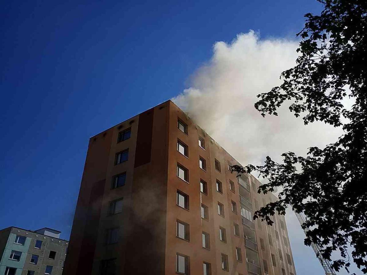 Požár izolace na střeše panelového domu v České Třebové