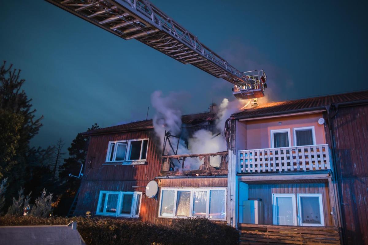 Požár rodinného domu v části Pardubic - Ohrazenicích / foto: SejkFoto