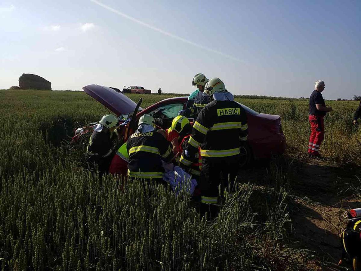 Při střetu dvou vozidel byli zraněni řidiči, přiletěl i vrtulník