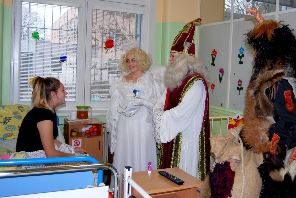 Za dětmi do nemocnice s předstihem přišli Mikuláš, čert a anděl