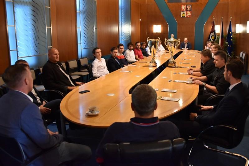 Úspěšní hokejbalisté klubu H.A.K. Pardubice přivezli na hejtmanství poháry