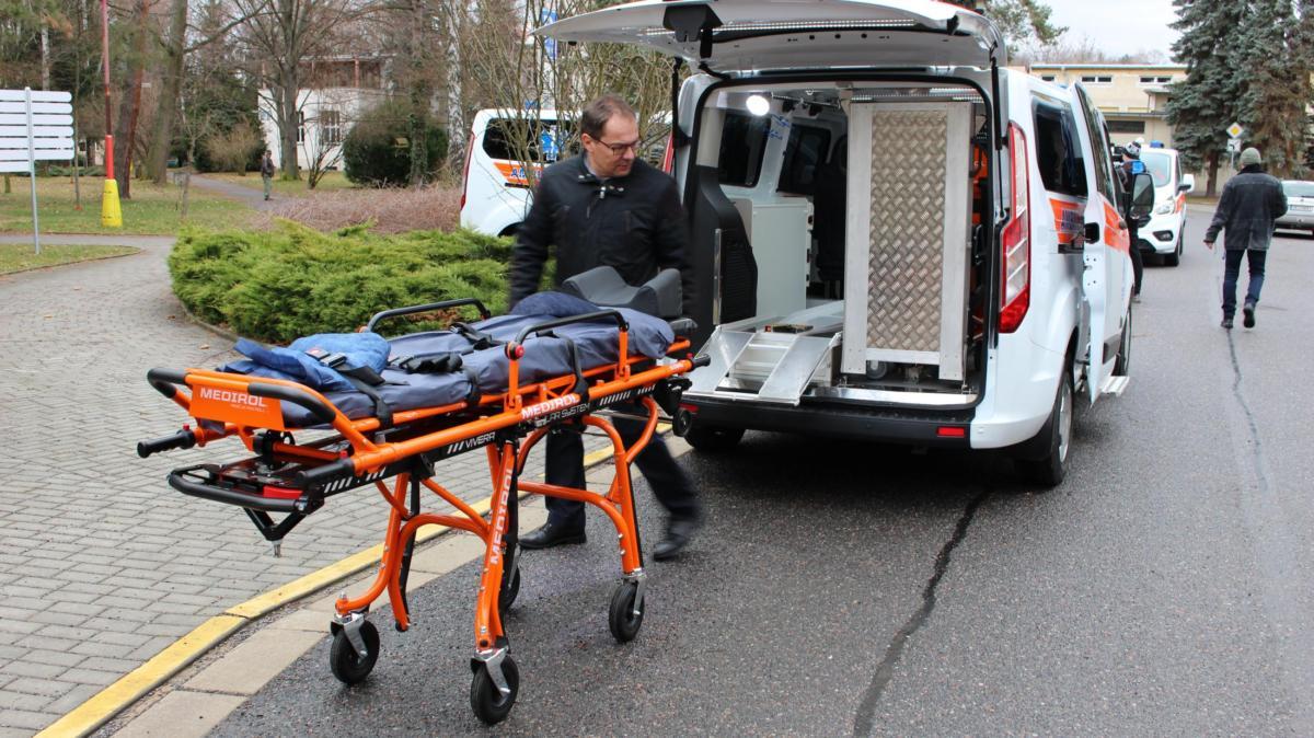 Nemocnice Pardubického kraje má pět nových sanitních vozů pro převozy pacientů