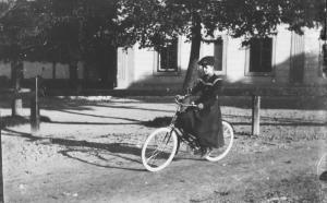 02-4cyklistka-ve-meste-1926