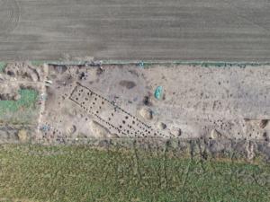 Letecký pohled na archeologickou lokalitu u Slatiňan