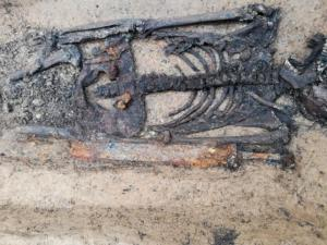 Meč v hrobu muže