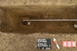 Baňatá lahev v hrobu ženy