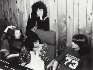 "Eddie Howell, Freddie Mercury, Brian May a producent Mike Stone při natáčení písně ""Man From Manhattan"" v Sarm East Studios v Londýně v roce 1976"