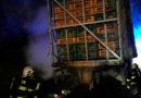 Na silnici I/35 u Býště hořel v noci kamion plný kuřat…