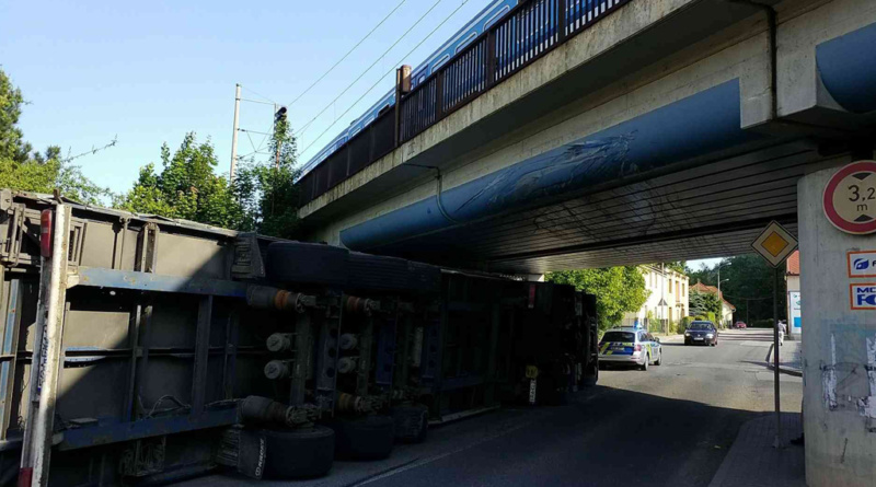 "Kamion se ""nevešel"" pod most…"
