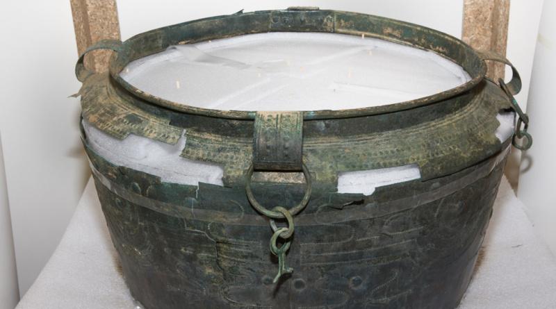 """Vzácná bronzová nádoba nalezená u Kladiny má """"sestry"""", spustila mezinárodní spolupráci…"""