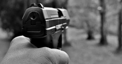 V čekárně ČD vyhrožoval plynovou pistolí…