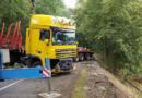 Kamion skončil po nehodě za svodidly u Přelovic…