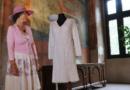 Háčkované svatební šaty připomínají srpnovou okupaci 1968…