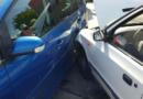 Řidička omylem sešlápla plyn, prolétla přes kruhový objezd na parkoviště a nabourala tři zaparkovaná vozidla…