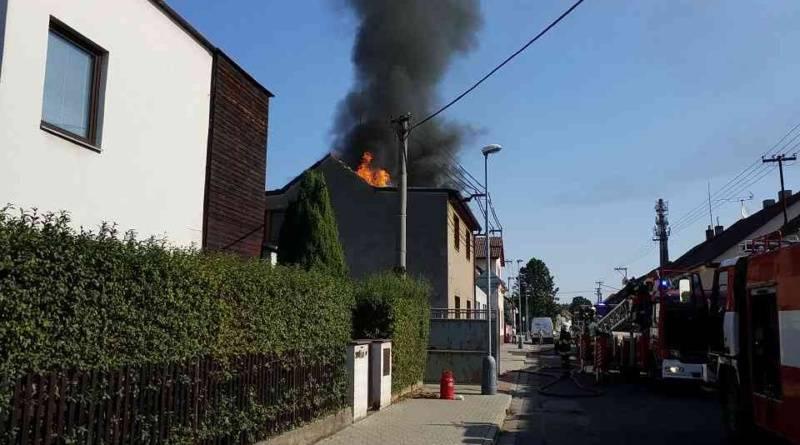 Hasiči likvidovali požár rodinného domu a zahradního domku s garáží v Rosicích….