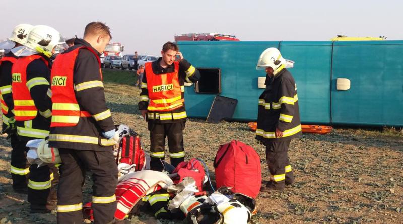 Při nehodě autobusu se zranilo velké množství osob…