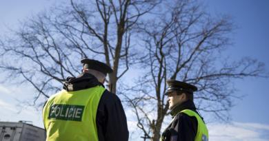 Hlouček popíjejících mužů bez roušek vyřešila až Policie…