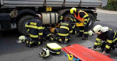 Težká dopravní nehoda uzavřela nadjezd u Parama…