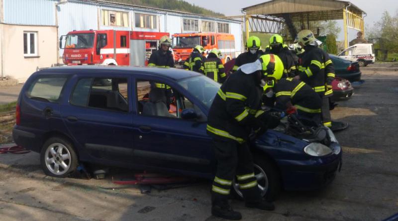 Profesionální hasiči školí dobrovolné hasiče…