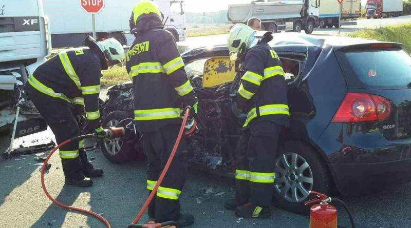 Nehoda nákladního vozu s osobním u Zámrsku…