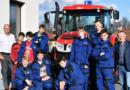 Žáci ze zemědělské školy ve Chvaleticích se těší z nového traktoru…