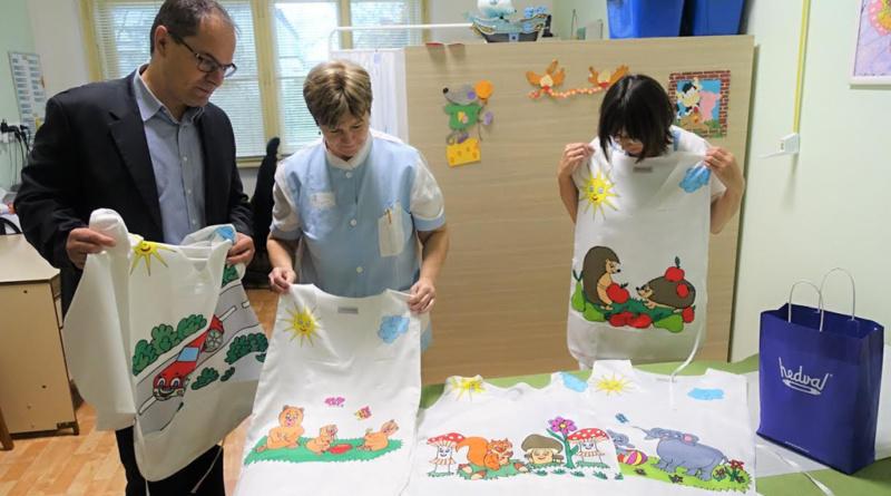 Veselé oblečení zdravotníků pomáhá dětským pacientům