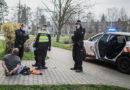 VIDEO: Strážníci museli krotit opilého muže bez roušky. Při zadržení kousal…
