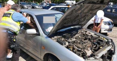 Žena zůstala hodinu zamčená ve vozidle…