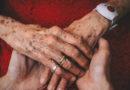 V Česku je až půl milionu osamělých seniorů a seniorek. Pomocí virtuálního objetí může každý přispět v boji proti samotě v rámci vánoční kampaně organizace ŽIVOTA 90…
