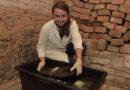 Restaurátoři Univerzity Pardubice pokračují v záchraně pravěké studny…