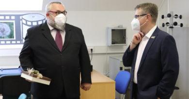 Radní Josef Kozel pogratuloval učiteli Leoši Baroňovi k zisku titulu Ámose fyzikáře…