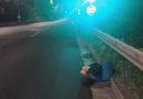 Mladík usnul s hlavou na silnici, další na parkovišti, třetí chtěl skákat z okna a posledního si kamarád přivezl a zase odvezl…