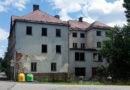 Bývalý hotel hyzdí Horní Bradlo. Obec plánuje jeho demolici…